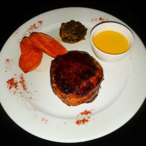 Tournedó de lomo con boniatos glaseados, espinaca con queso azul y salsa de mostaza de Dijon