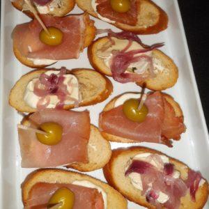 Tapa de jamón crudo y oliva/ Tapa de queso camembert y cebolla caramelizada
